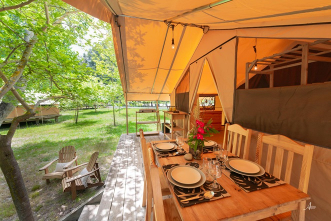 Wood and canvas tent / Eco-lodge